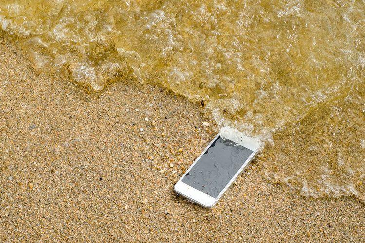 7 Pași Rapizi pentru a Salva un Telefon Scapat in Apa
